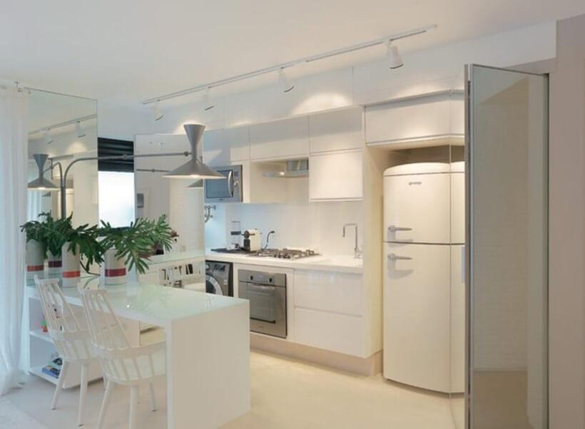 cozinha branca iluminada