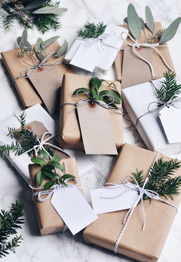 embalagem de presente com folhagem nos embrulhos