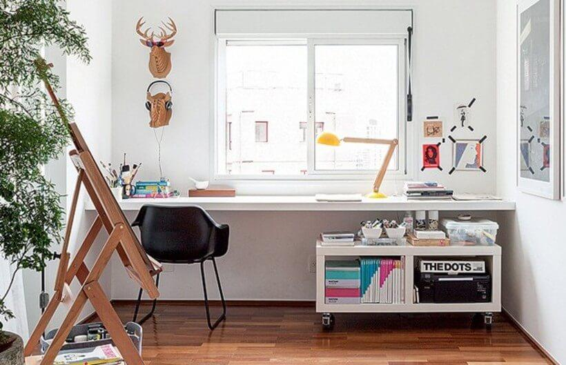 home office com mesa junto a janela para trazer iluminacao natural