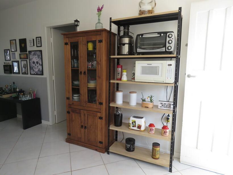 estante de ferro com prateleiras revestidas de papel contact