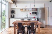 Decoracao sob medida - cozinha branca com mesa de madeira e cadeiras pretas