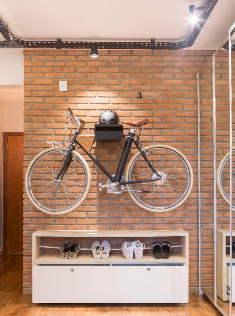 Decoracao sob medida - hall de entrada com bicicleta pendurada na parede