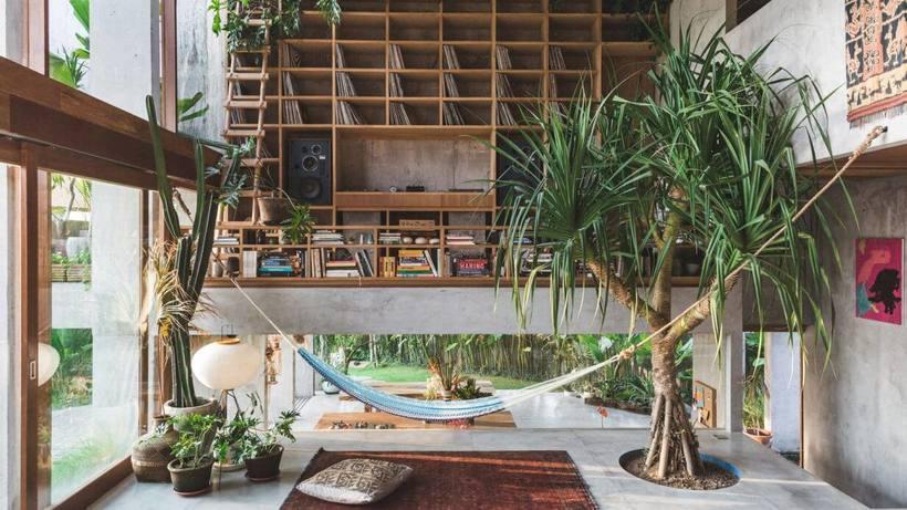 Na casa recém-construída em Bali, Indonésia, a vegetação tropical está dentro e fora. Projeto do estúdio de arquitetura Patisandhikae do designer Dan Mitchell. Foto: Tommaso Riva