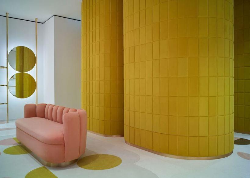Em seu projeto para a loja RED Valentino, em Londres, a arquiteta francesa India Mahdavi usou veludo rosa pálido e mostarda para revestir estofados e paredes. Foto: Reprodução Dezeen