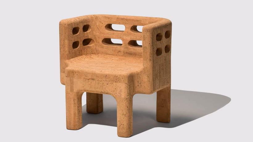 Cadeira da coleção Sobreiro, a primeira série de móveis de cortiça lançada pelos designers Fernando e Humberto Campanade. De 2018. Foto: Divulgação Consulado de Portugal