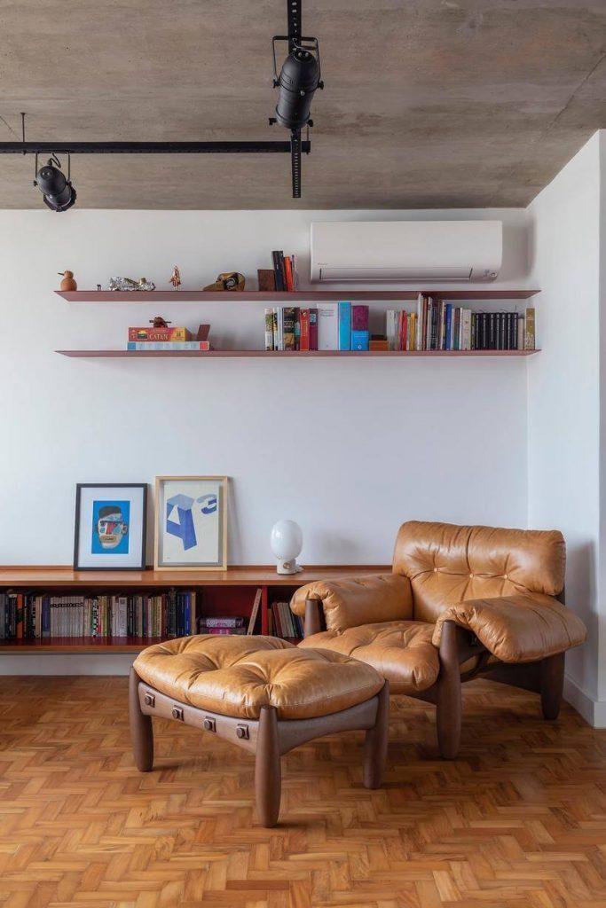 poltrona em sala com teto de cimento queimado em apartamento consolacao - avenida paulista