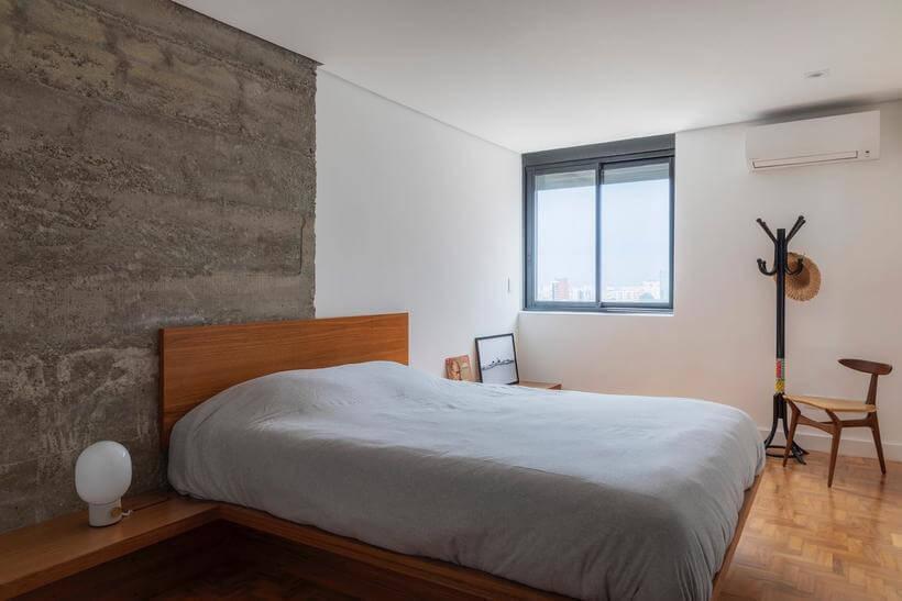 quarto com parede de cimento queimado pela metade e a outra metade branca em apartamento consolacao - avenida paulista