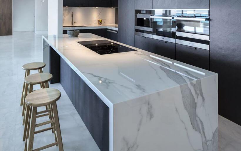 A pia da sua cozinha pode ficar muito mais charmosa caso você faça uso do granito. Isso porque esse revestimento possui uma beleza única, e consegue deixar o ambiente da sua cozinha ainda mais refinado.