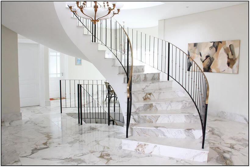 Esse revestimento pode tornar a sua escada bastante sofisticada, proporcionando elegância para todo o ambiente. Afinal a escada é uma parte da casa que tende a chamar bastante atenção.