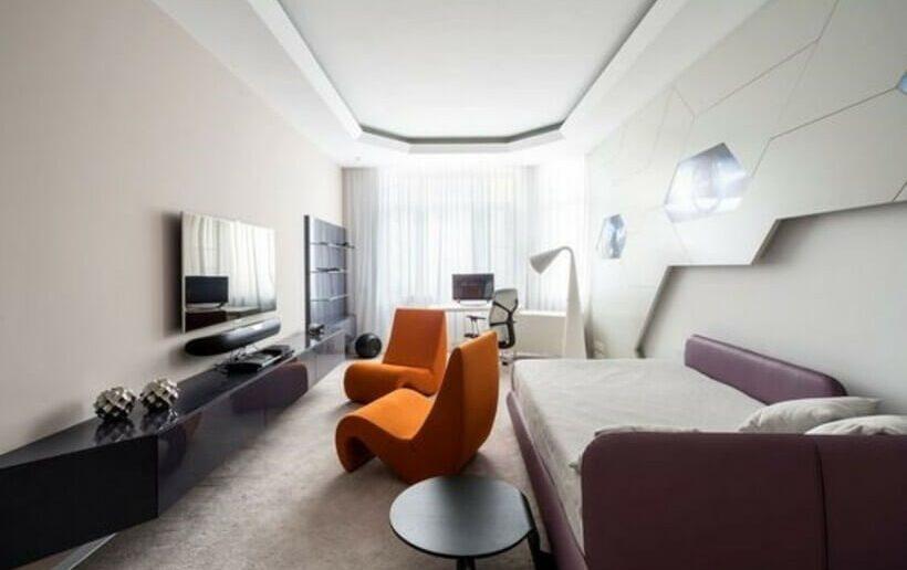Decoração futurista em sala de estar com poltronas laranjadas