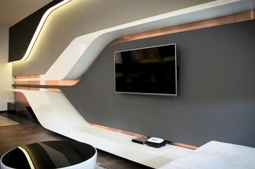 Decoração futurística em sala de tv com racks de parede brancos e linhas retas