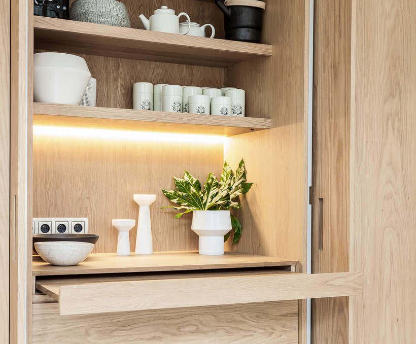 Armários embutidos em cozinha com luz de led por trás