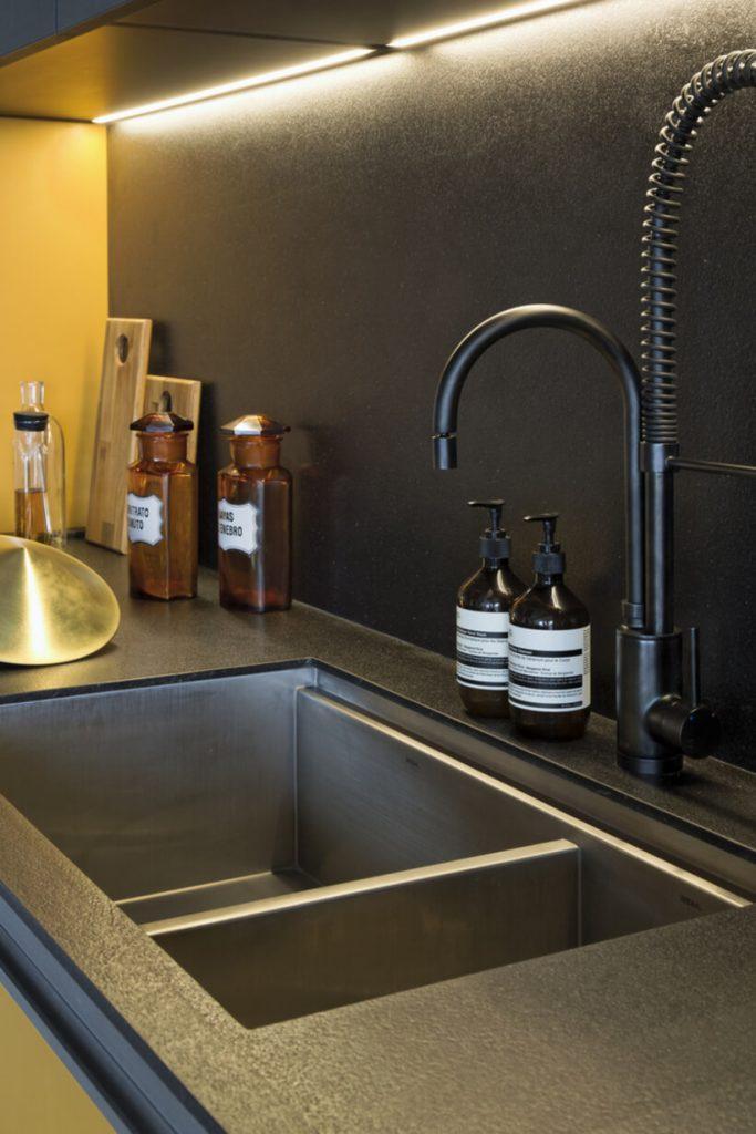 Cozinha com cuba preta e torneira regulável