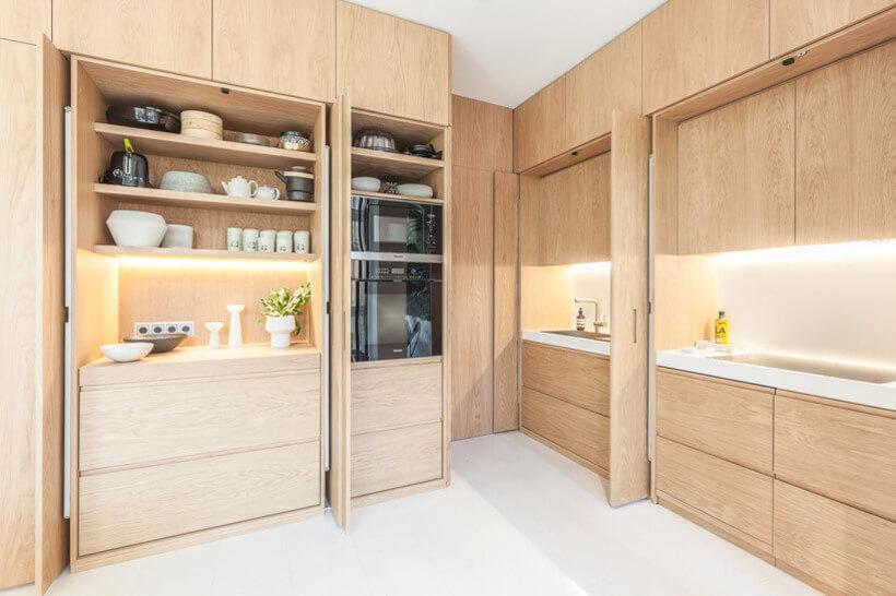Cozinha de embutir com armários abertos