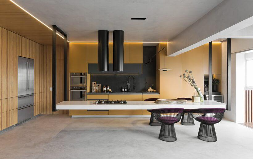 Cozinha grande e espaçosa integrada com sala de jantar e ilha suspensa