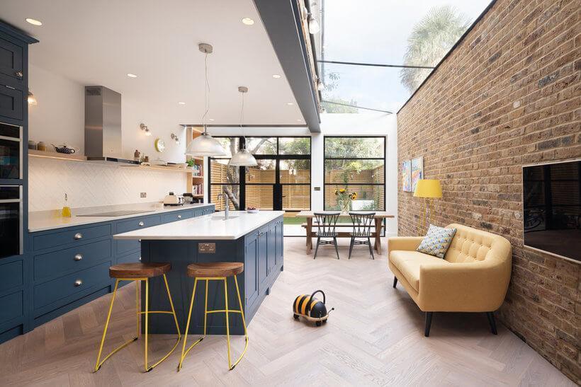 Cozinha integrada com sofá e vista para o jardim