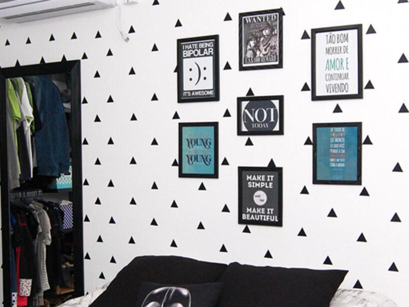 Quarto com parede personalizada com adesivo de triangulo na parede e quadros