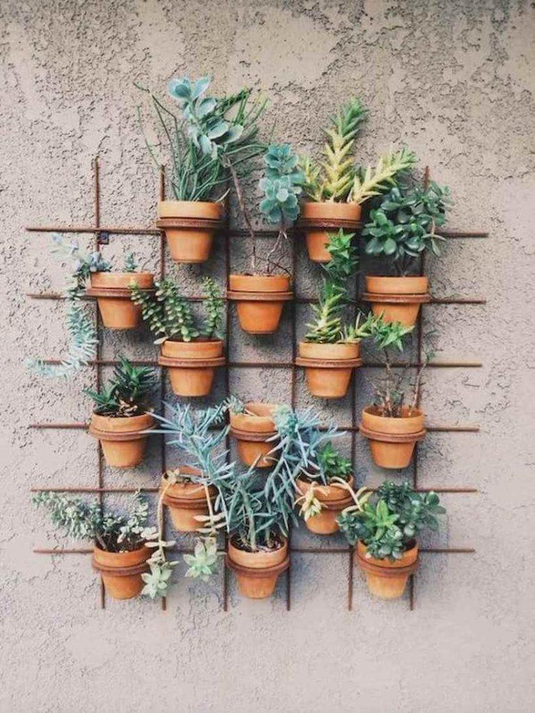 Suculentas e plantas menores são ideias para quem não tem tanto espaço livre. Via: Coach Decor