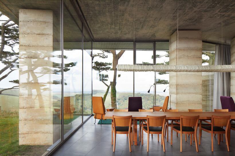Sala de jantar com mesa grande e cadeiras de madeira na Secular Retreat