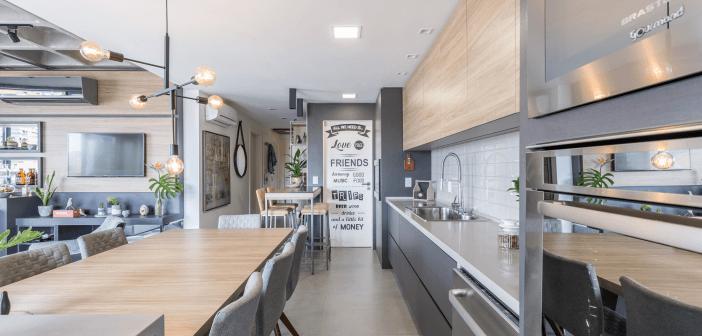 Reforma na planta junta churrasqueira, cozinha e sala