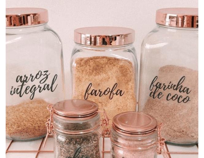 Potes de mantimentos com etiquetas