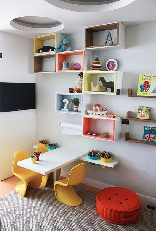 nichos para brinquedos e livros do quarto de menino