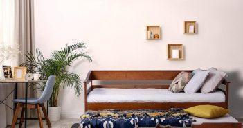 sofá-cama com mantas