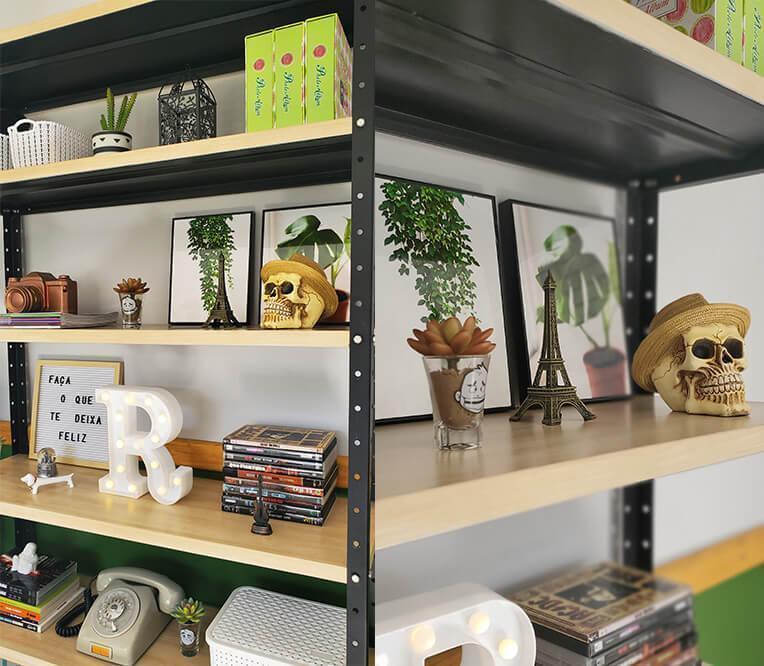 Detalhes da estante organizada.