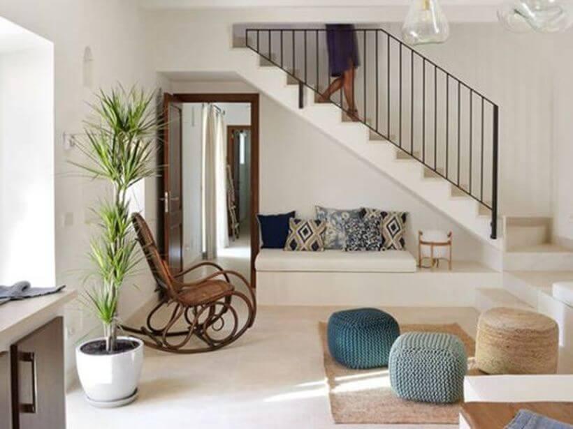 Assento embaixo das escadas.