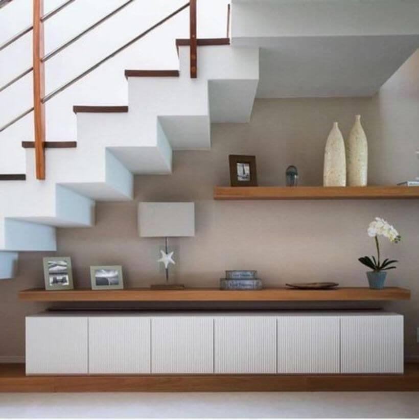 Armário e decorações embaixo das escadas.