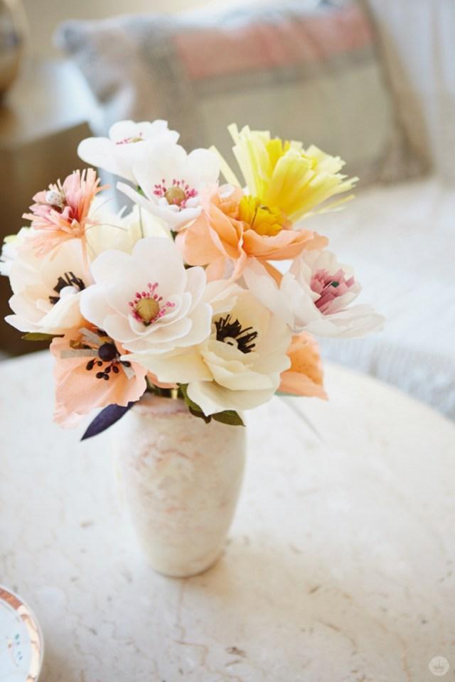 Vaso com flores de papel crepom.