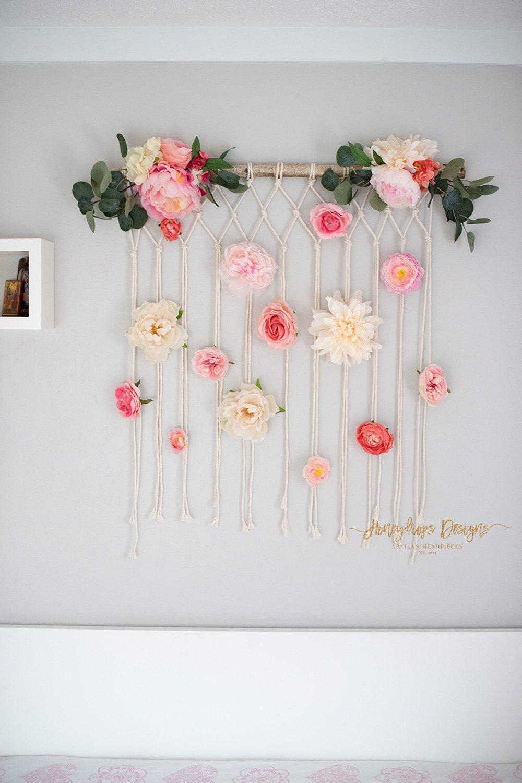 Flores de papel crepom na parede.