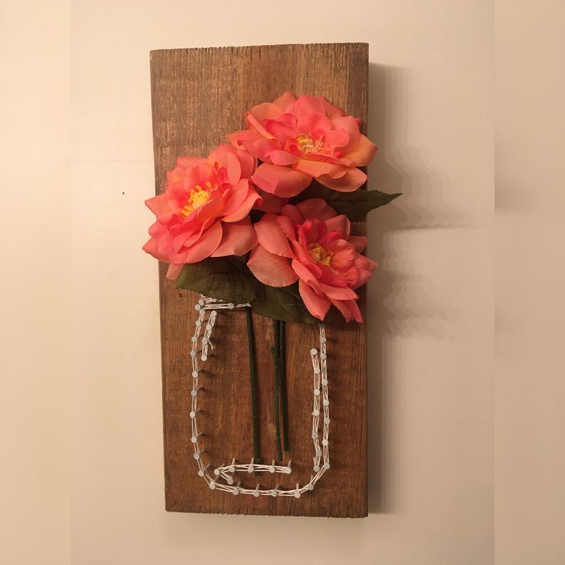 Quadro com flores de papel crepom.