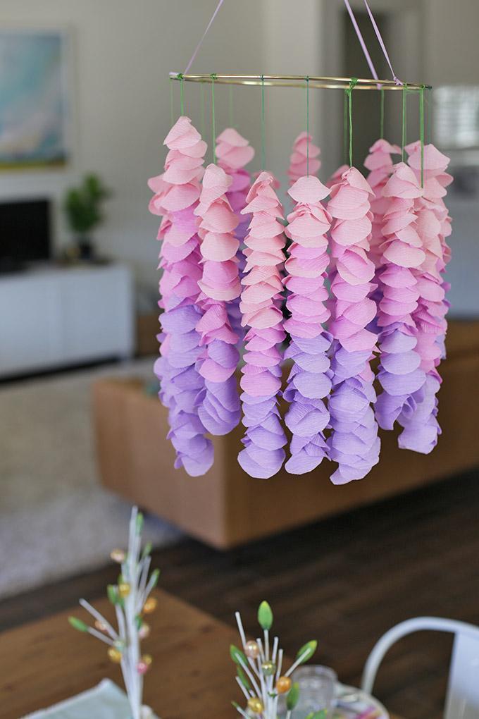 Móbile de berços feito com flores de papel crepom.