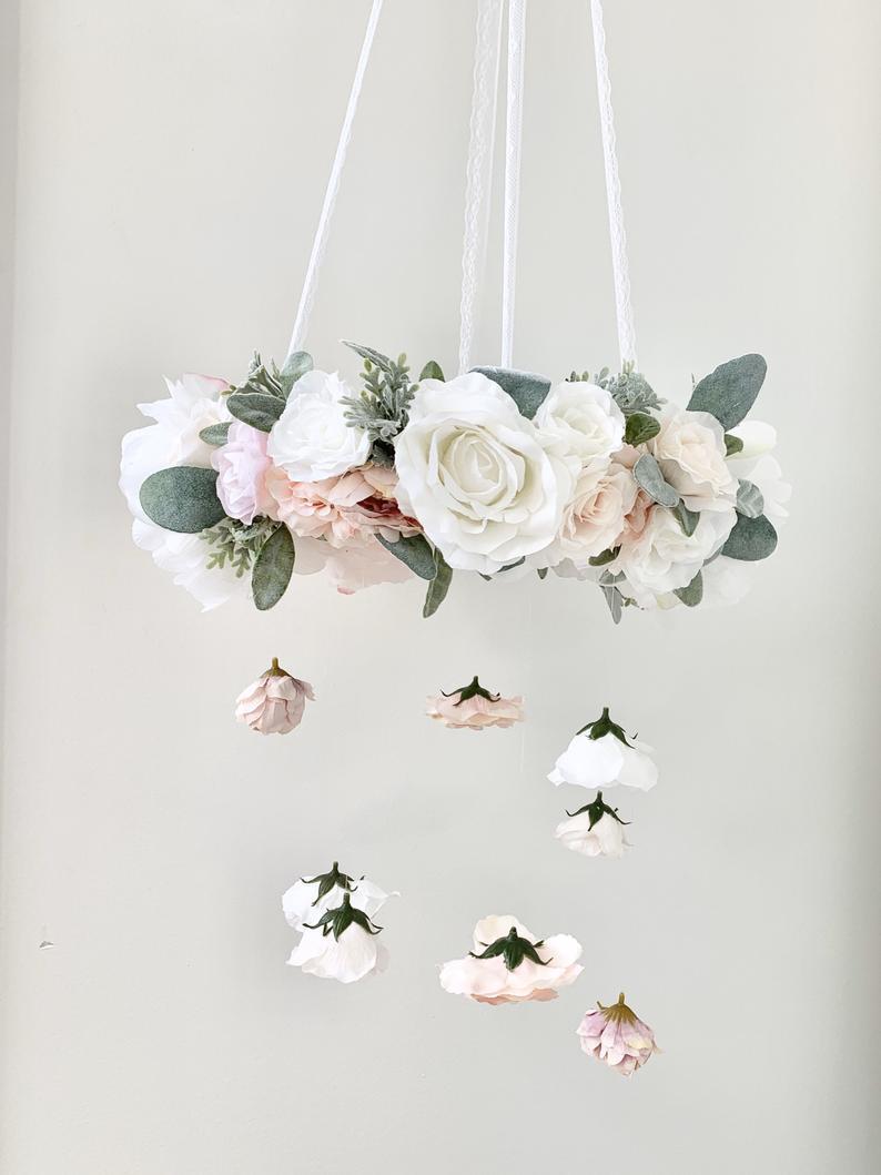 Móbile de berço feito com flores de papel crepom.