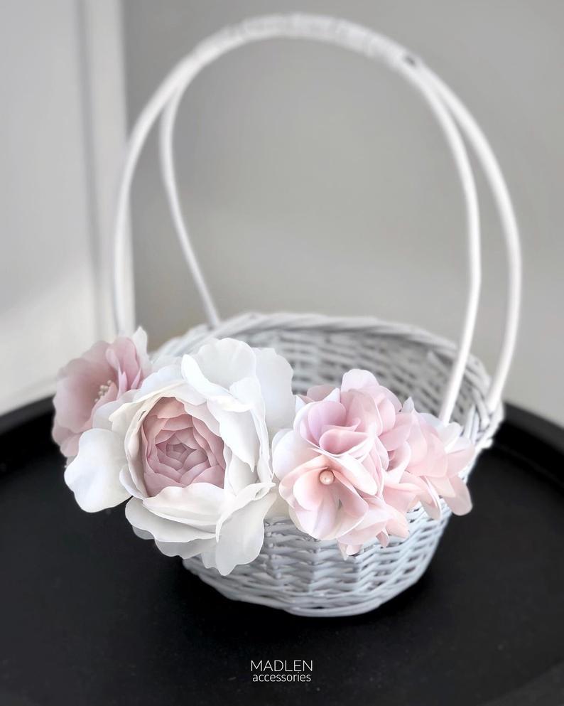 Cesto enfeitado com flores de papel crepom.