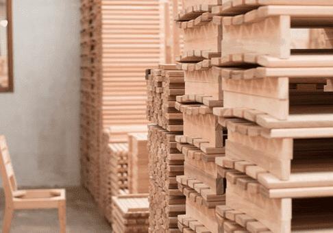 Móveis de madeira.
